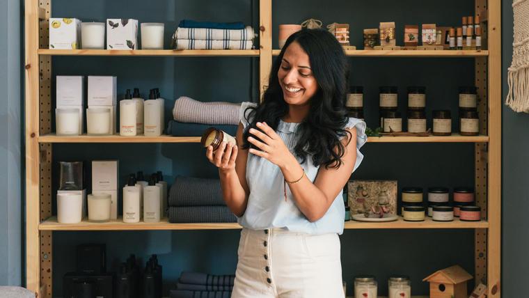 Mujer con velas y aceites aromáticos
