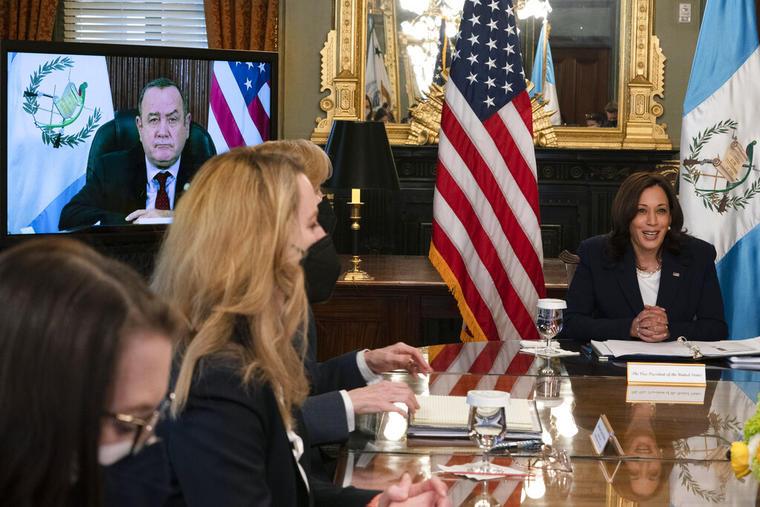 La vicepresidenta, Kamala Harris, en reunión virtual con Alejandro Giammattei, presidente de Guatemala