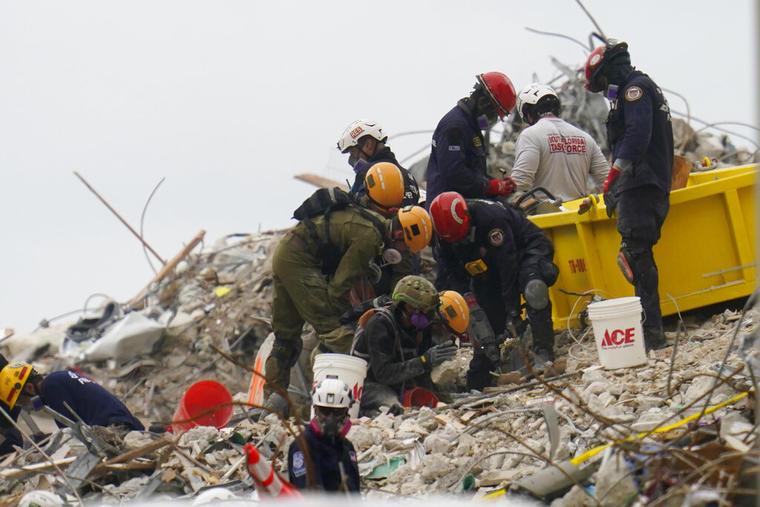 Rescatistas trabajan entre los escombros del edificio que colapsó en Surfside