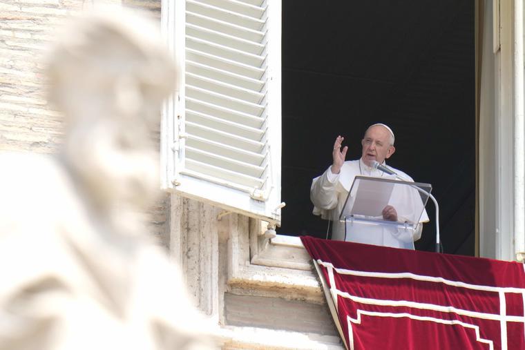 El papa Francisco bendice a la multitud durante la plegaria del Angelus, en la ventana de su estudio con vistas a la Plaza de San Pedro, en el Vaticano, el domingo 4 de julio de 2021.