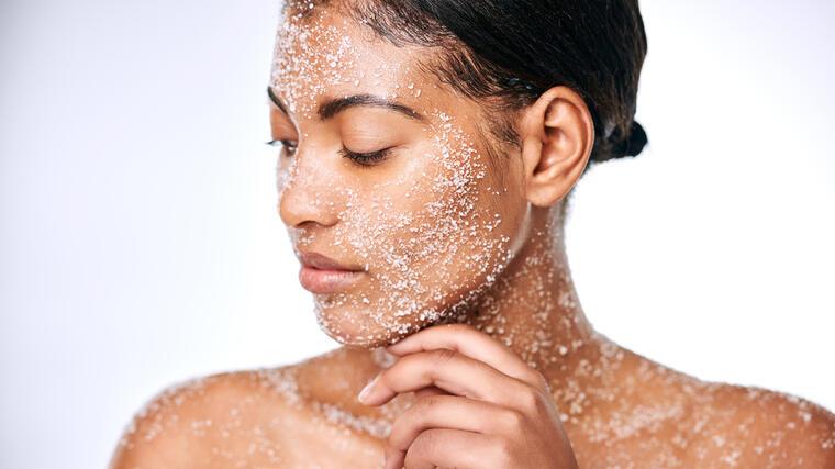 17 básicos para exfoliar tu rostro y cuerpo a bajo costo | Telemundo