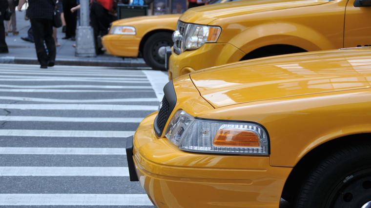 Fachadas de taxis en la calle.