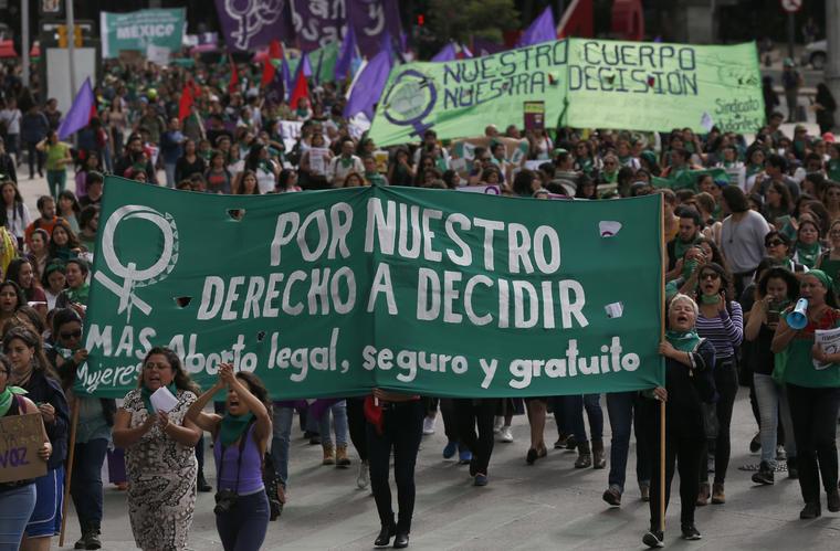 Cientos de mujeres marchan en la Ciudad de México por la legalización del aborto en Argentina.