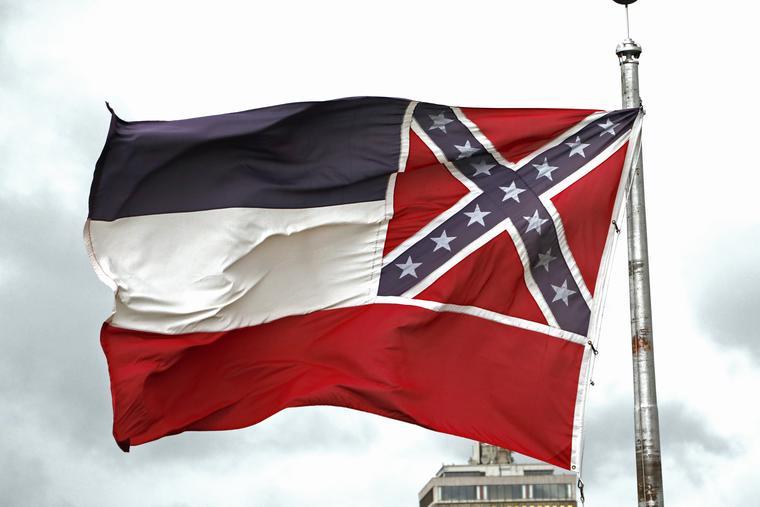 En esta imagen del 25 de junio de 2020 se ve la bandera del estado de Mississippi fuera del Capitolio en Jackson, Mississippi