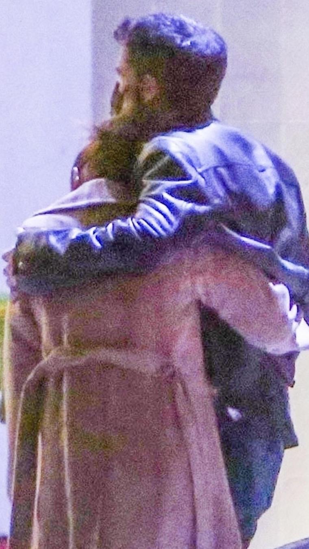 Jennifer Lopez y Ben Affleck abrazados en la calle.