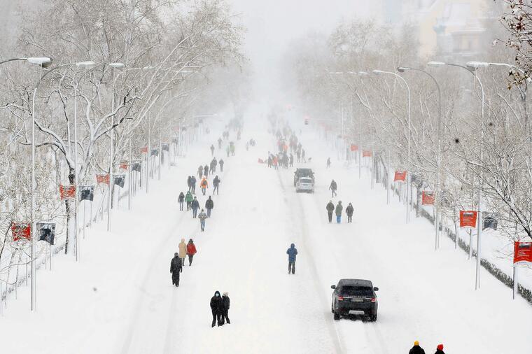 Una espesa capa de nieve cubre el Paseo de la Castellana en Madrid