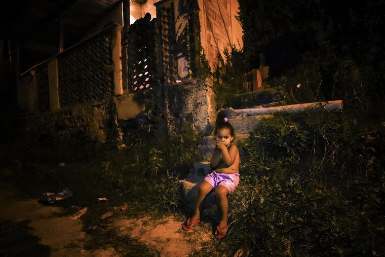 Una niña en las inmediaciones de una favela de Río de Janeiro, el 09 de junio de 2020.