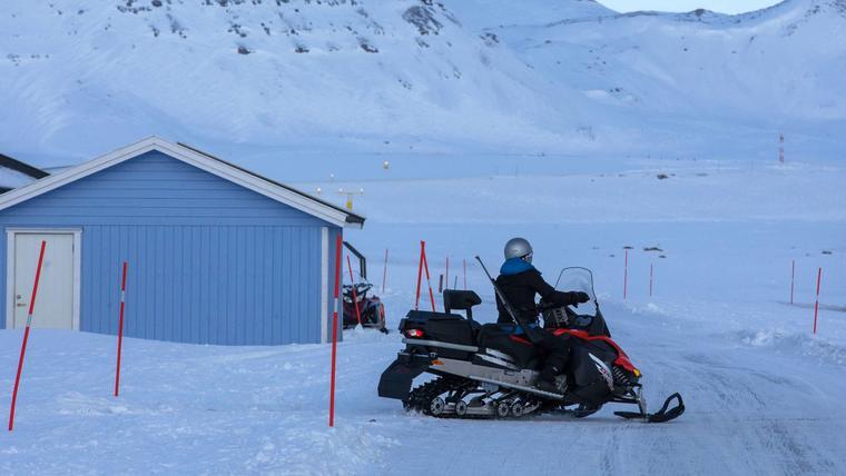 Mujer en su moto de nieve en Kongsfjord, Noruega