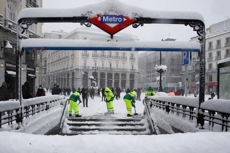Madrid amanece sin autobuses, con cortes en Metro y sin vuelos en Barajas