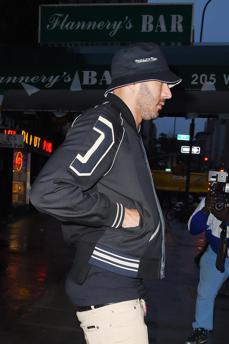 Un paparazzi captó a Rihanna junto a Karim Benzema saliendo de un restaurante cubano en Nueva York