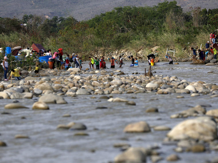 personas cruzando frontera