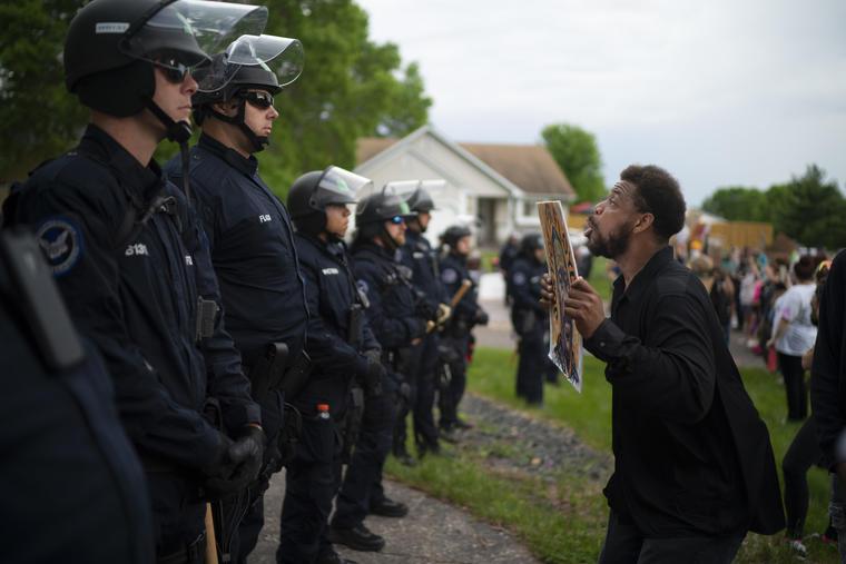 Las protestas llegaron hasta la residencia de Chauvin, en la localidad de Oakdale.