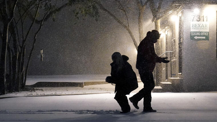 La nieve y el hielo cubrieron grandes franjas de los EE. UU. el domingo, llegando a áreas tan al sur como la costa del Golfo de Texas.