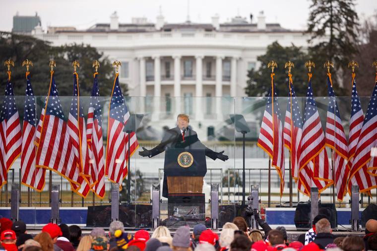 """Antes del ataque al Capitolio, Donald Trump y algunos de sus familiares ofrecieron discursos ante sus seguidores frente a la Casa Blanca. """"Nunca nos rendiremos. Nunca concederemos"""", les dijo Trump, refiriéndose a la victoria electoral de Joe Biden"""