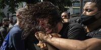 Agentes del régimen cubano reprimen protestas pacíficas en La Habana el domingo 11 de julio de 2021.