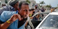 Un manifestante es arrestado por la policía en La Habana, Cuba, el 11 de julio de 2021 durante las multitudinarias protestas contra el régimen comunista, las más grandes desde el triunfo de la revolución de 1959.