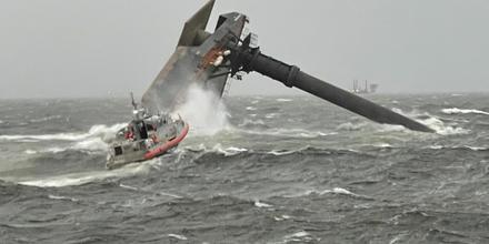Barco comercial de 129 pies volcado frente a la costa de Louisiana.
