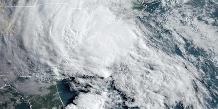 La tormenta tropical Berta se acerca a las costas de Carolina del Sur en esta imagen del 27 de mayo de 2020.