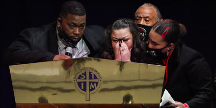 Katie y Aubrey Wright, padres de Daunte Wright, asisten al servicio funerario del joven de 20 años en Shiloh Temple International Ministries, en Minneapolis, el jueves 22 de abril de 2021.