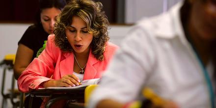 Un grupo de inmigrantes hispanos aprenden inglés en el English Center de Miami, Florida, el 16 de junio de 2006.