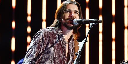 Juanes presentación en los Grammy Awards 2020