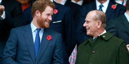 El príncipe Harry, el príncipe Phillip en el partido final de la Copa del Mundo de Rugby 2015