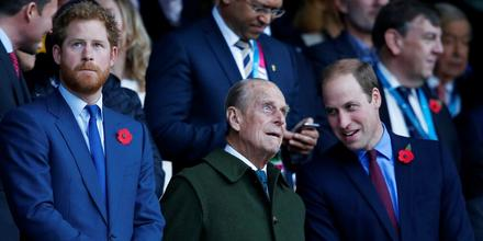El duque de Edimburgo junto a sus nietos, Harry y William, en el estadio de Twickenham, Londres.