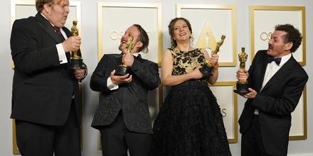 El ingenierio de sonido estadounidense Phillip Bladh y sus compañeros mexicanos Carlos Cortes, Michellee Couttolenc y Jaime Baksht, ganadores del Oscar al mejor sonido por la película 'Sound of Metal'.