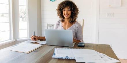 Mujer haciendo finanzas en casa