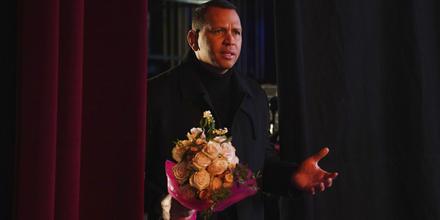 Alex Rodriguez con ramo de flores y rosas.