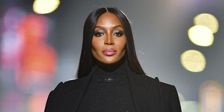 Naomi Campbell outfit negro.