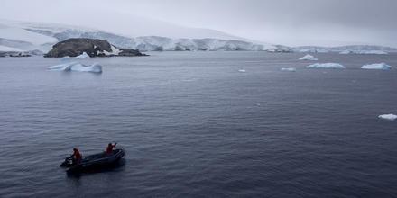 Miembros de la Armada Chile navegango por la Antártida