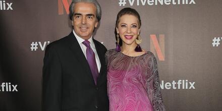Edith González y su esposo en la alfombra roja en un evento 2017.