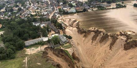 Vista aérea de las inundaciones en el distrito de Blessem, en Erftstadt, Alemania, distribuida el viernes 16 de julio de 2021 por el gobierno del distrito de Colonia.