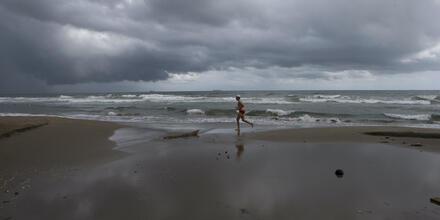 Un hombre corre por la playa de Coatzacoalcos, en el estado mexicano de Veracruz, al sur del Golfo de México. El 25 de julio del 2021, tres personas que querían conocer el mar tras hacer una promesa a la Virgen se ahogaron en Coatzacoalcos.
