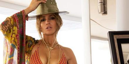 Jennifer Lopez en bikini y con fedora