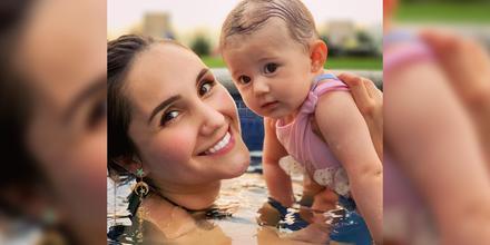 Dulce María con su hija María Paula posando