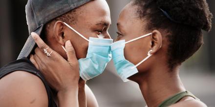 Pareja enamorada durante la pandemia