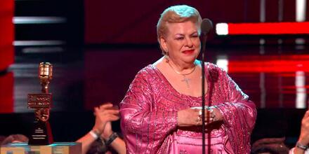 Paquita la del Barrio recibiendo el premio a la Trayectoria Artística en los Premios Billboard 2021