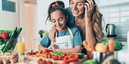 Mamá preparando comida con su hija