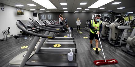 Un pequeño grupo de personas se ejercita en un gimnasio de Cardiff, Gales, el 3 de mayo del 2021, tras la apertura gradual por la pandemia en el Reino Unido.