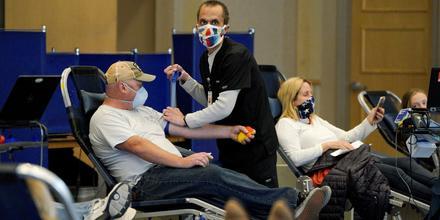 Donantes de sangre en Woodland Hills, California durante la pandemia de COVID-19, el 5 de abril del 2020.