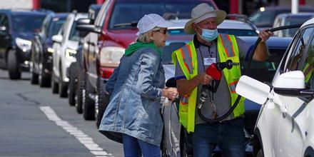 Una cliente compra gasolina en una estación de Costco en Charlotte, Carolina del Norte el 11 de mayo del 2021, tras esperar en fila en medio del pánico por el cierre del oleoducto de Colonial Pipeline.