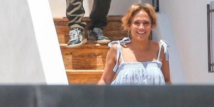 Jennifer Lopez en las escaleras de su casa en Miami
