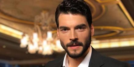 Akın Akınözü, el actor turco protagonista de la novela turca Hercai: amor y venganza