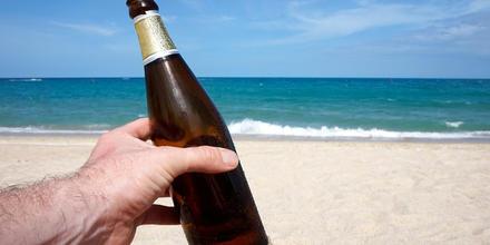 Botellas de cerveza en arena