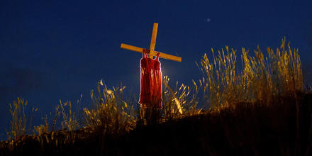 Un vestido de un niño adorna una estaca en el costado de la Highway 5, colocado allí para representar un genocidio en curso contra personas de las Primeras Naciones en Canadá, cerca de la antigua escuela residencial india de Kamloops, donde se descubriero