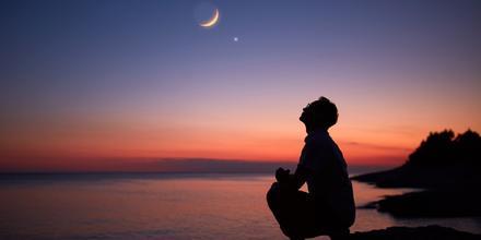 Hombre mirando luna
