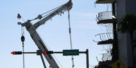 Una grúa sobre la torre de condominios colapsada de Champlain Towes South