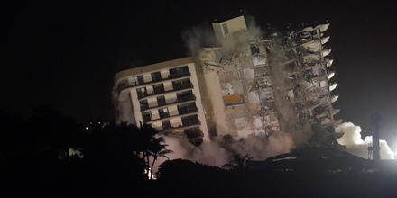 Imagen del momento en que demolieron la parte que estaba en pie del edificio parcialmente colapsado en Surfisde